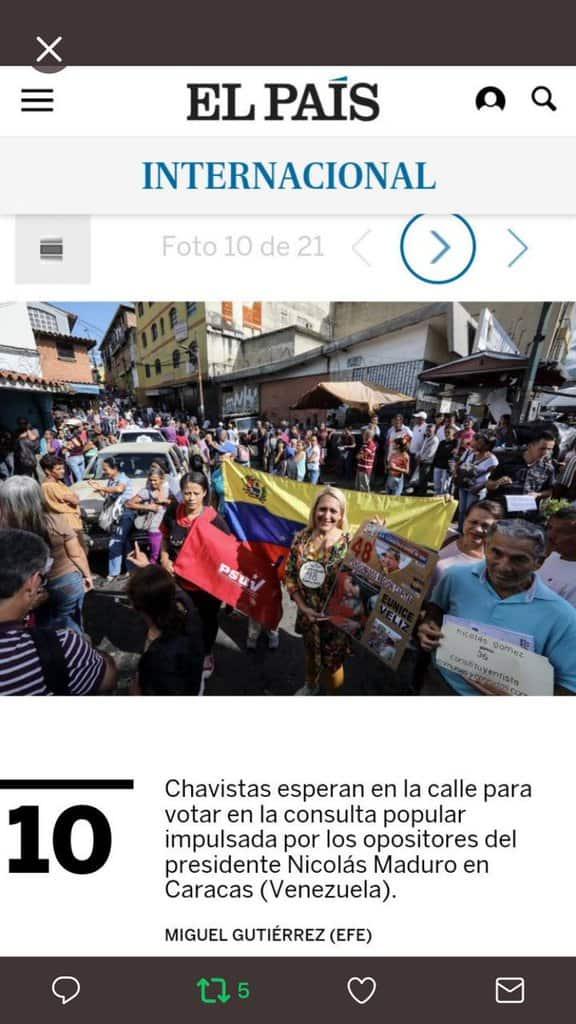 """Според """"Ел Паис"""" тези ентусиазирани чависти, отишли на """"пробно гласуване"""" за Конституционно събрание всъщност се тълпяли, за да гласуват срещу Мадуро... А хората всъщност развяват дори партийното знаме на управляващата Единна социалистическа партия на Венесуела с абревиатурата PSUV."""