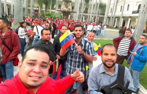 В двора на Федералния законодателен дворец се събират много хора, докато в Елипсовидната зала тече церемонията с участието на вицепрезидента. Снимка: Resumen Latinoamericano