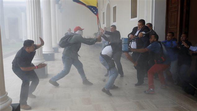 Момент от сблъсъците около вратата на парламента в Каракас на 5 юли. Снимка: VTV