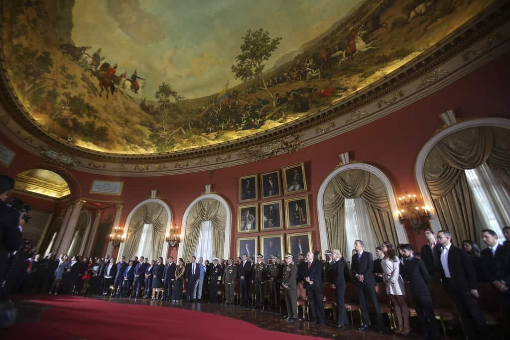 Тържествената церемония в Елипсовидната зала. Визепрезидентът Тарек Ел Аисами е в централната част, под портретите, заобиколен от командващите различните родове войски. Снимка: Resumen Latinoamericano