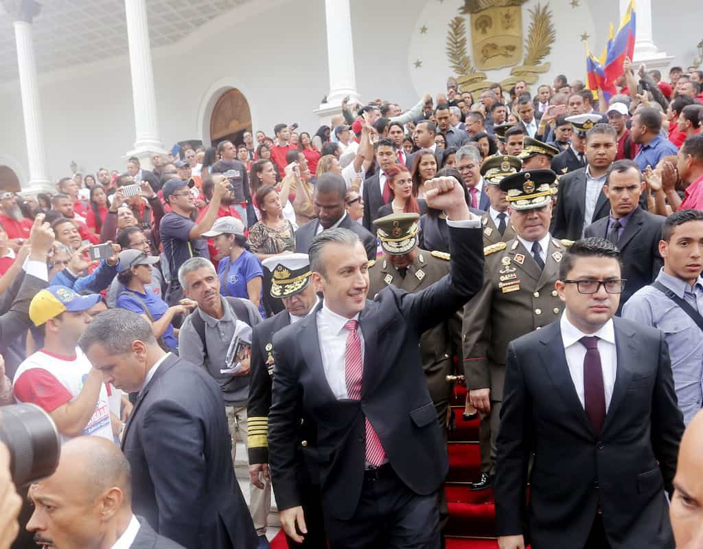 Вицепрезидентът Тарек Ел Аисами излиза слд церемонията в Елипсовидната зала и е приветстван от множеството в двора на Федералния законодателен дворец. Снимка: albaciudad