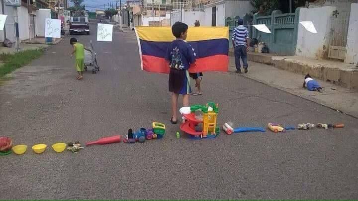 """Вече не ни показват по телевизиите брутални сблъсъци от улиците на Каракас. Маскираните батковци са се прибрали и сега децата играят по кръстовищата на """"блокади"""" и """"барикади""""–както са видели от големите... Снимка: Twitter"""