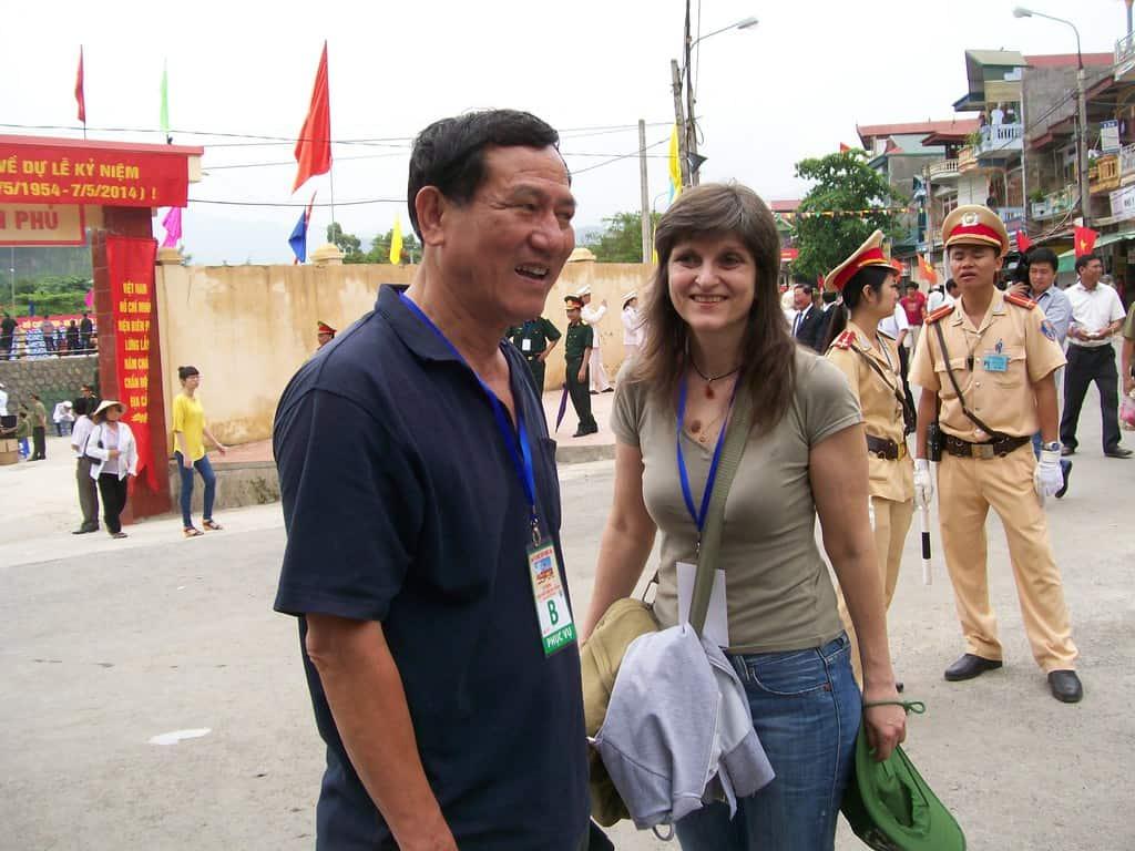 Авторката на тази публикация Къдринка Къдринова се среща с Фам Туан през 2014 г. в Диенбиенфу–на честванията на 60-годишнината от състоялата се там легендарна победна битка на Виетнам срещу колониална Франция. Снимка: Нгуен Ву Кан