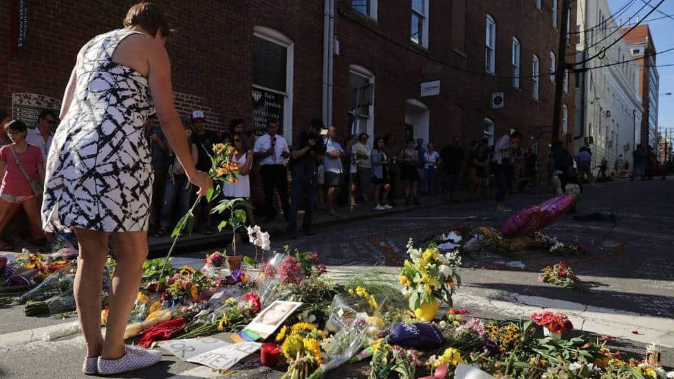Жителите на Шарлотсвил отрупаха мястото на трагедията с цветя на следващия ден. Снимка: El Pais