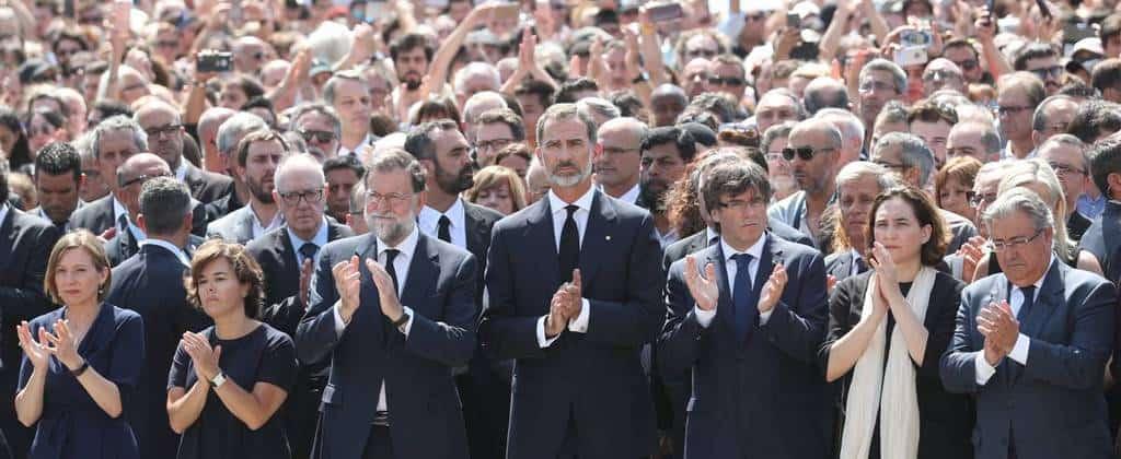 """На площад """"Каталония"""" в Барселона испанските лидери почетоха с минута мълчание и с ръкопляскания паметта на жертвите от вчрашния атентат в града. Снимка: El Pais"""