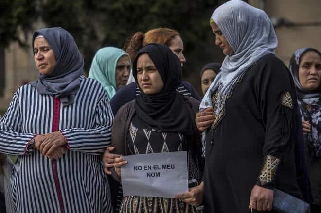 """До Гано Гааними (крайната вляво), която е майка на атентатора Юнис Абуяаку, е и сестра му. Тя също осъжда тероризма и държи надпис: """"Не от мое име!"""". Снимка: Periodista Digital"""