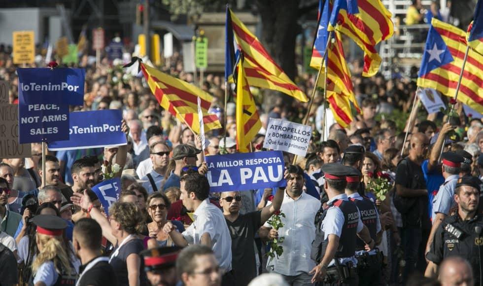 """Вдясно наред със слогана """"Не ме е страх"""" личи и надпис на английски: """"Мир, не продажби на оръжия"""". В центъра е лозунгът """"Най-добрият отговор е мирът"""". А по-малкият плакат на бял фон пита: """"Прегазвания и бомбардировки–кое бе първото?"""". Снимка: EFE"""