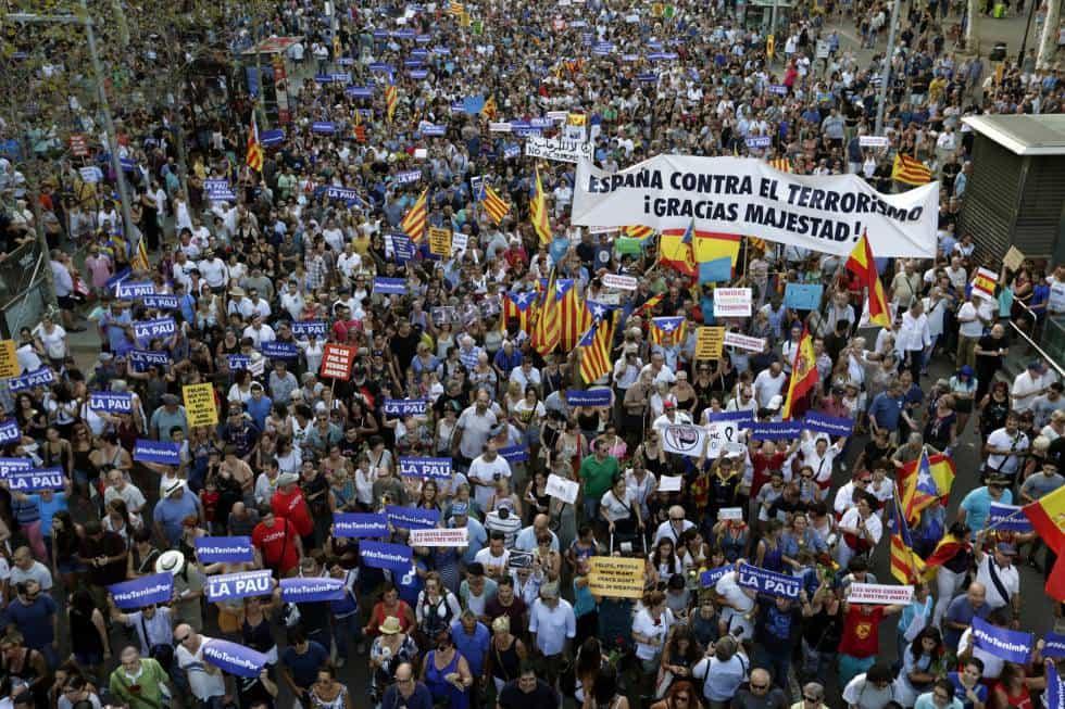 """Сред шествието се набиваше на очи и надпис в подкрепа на краля: """"Испания срещу тероризма. Благодарим, Ваше Величество!"""". Около него се виждаха испански знамена, въпреки че наоколо преобладаваха каталунските.Снимка: EFE"""
