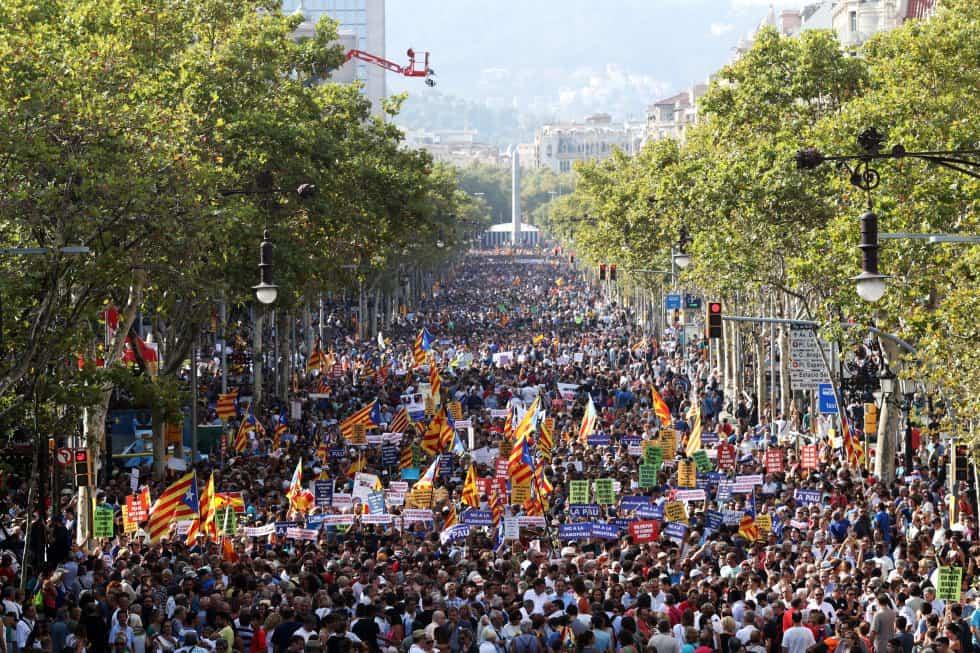 Над 500 000 души участваха в шествието в Барселона против тероризма и войната, доминирано от знамена на каталунската независимост. . Снимка: EFE