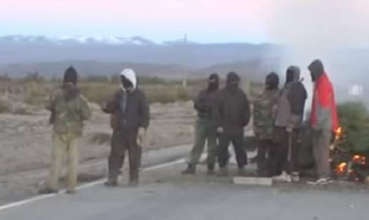 На този свален от видеозапис кадър Сантяго Малдонадо е сред участниците в блокадата на шосе номер 40. Той е точно в средата–четвъртият отляво и отдясно. Снимка: Resumen Latinoamericano