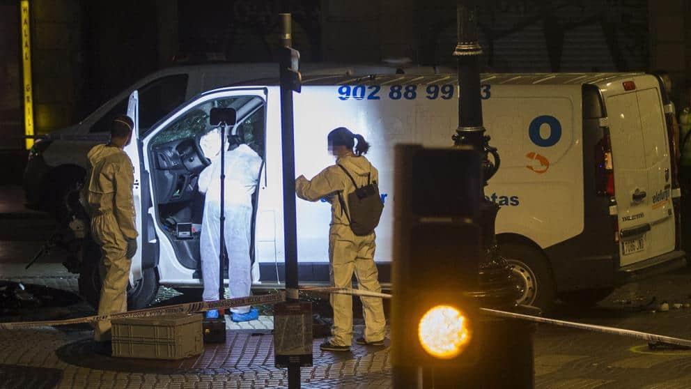 """Полицаи изследват микробуса убиец от """"Лас Рамблас"""", който е спрял, защото автоматичната аварийна система след многото удари в хора е надула въздушната възглавница и е блокирала електроподаването към двигателя. Снимка: La Vanguardia"""