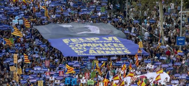 """""""Фелипе VI и испанското правителство са съучастници в търговията с оръжие,"""" гласи този огромен плакат, носен от участници в шествието в Барселона. Снимка: 20 minutos"""