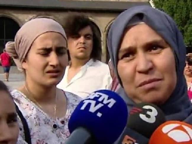 Гано Гааними, майката на атентатора от Барселона Юнес Абуяакуб, говори пред медиите по време на митинг в Рипол в памет на жертвите. Тя призова сина си да се предаде на полицията. Снимка: RTVE