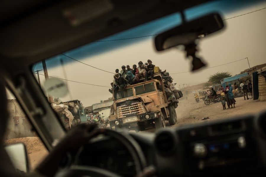 Камион с мигранти потегля от нигерския град Агадес към Либия. Снимка: OES