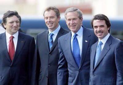 2003 г. Джордж Буш и неговите верни ястреби във войната с Ирак–Тони Блеър и Хосе Мария Аснар. На Азорските острови любезно им домакинства Жозе Мануел Дурао Барозо, който после бе възнаграден с шефското място в Европейската комисия. Снимка: Twitter