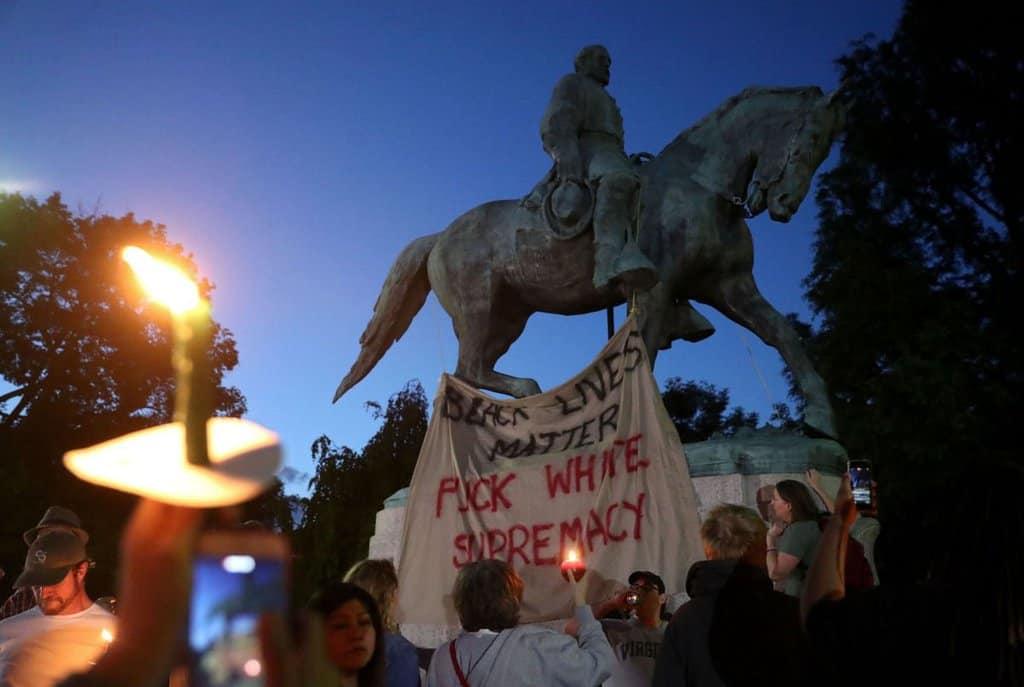Антирасистка демонстрация край паметника на генерал Робърт Ли. Снимка: Twitter