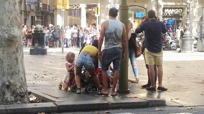 """Хора се опитват да помогнат на пострадал пре атаката на """"Рамблас"""". Снимка: castillalamanchaTV"""