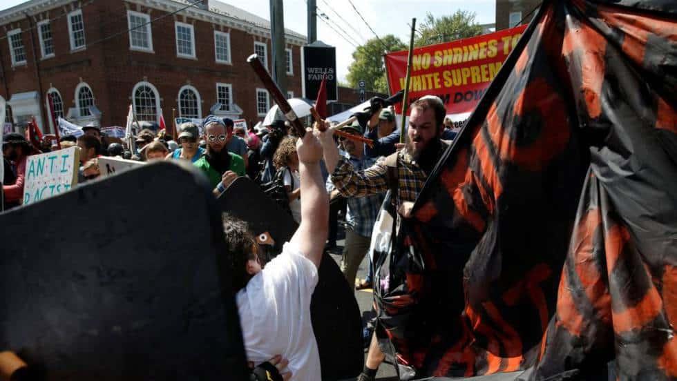 Сблъсъци между различните групи демонстранти в Шарлотсвил. Снимка: El Pais