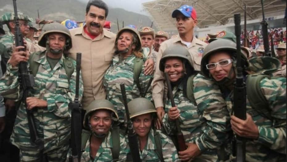 Президентът Мадуро заедно с жени от народното опълчение, които преминават подготовка, за да участват в мащабните военни учения този уикенд. Снимка: Clarin