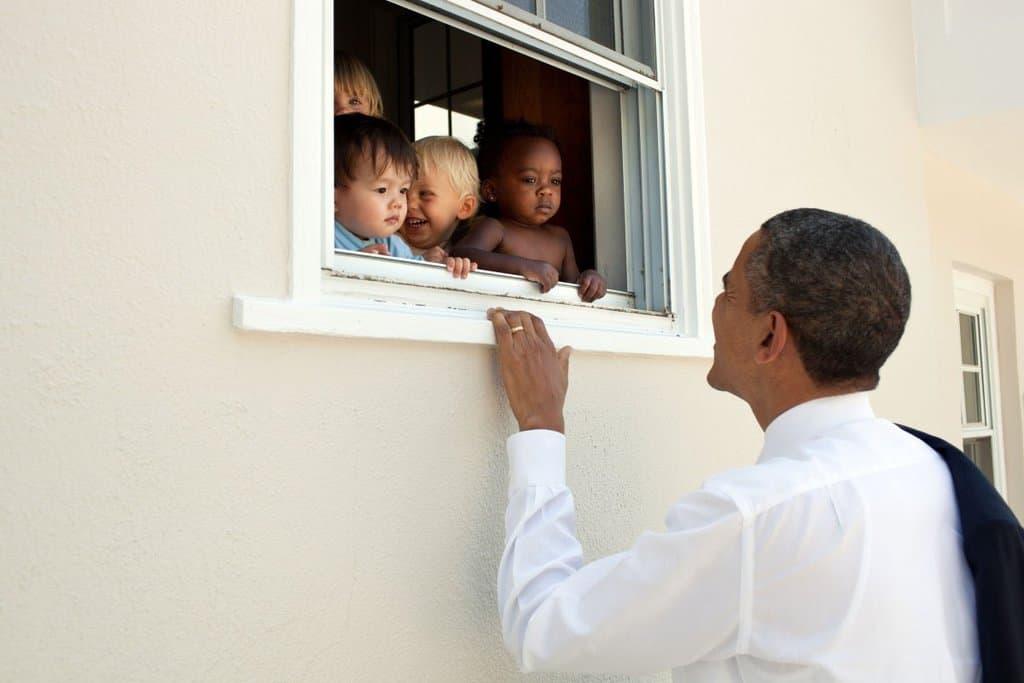 С тази снимка в Туитър и с антирасистки цитат от Нелсън Мандела Барак Обама реагира на събитията в Шарлотсвил.