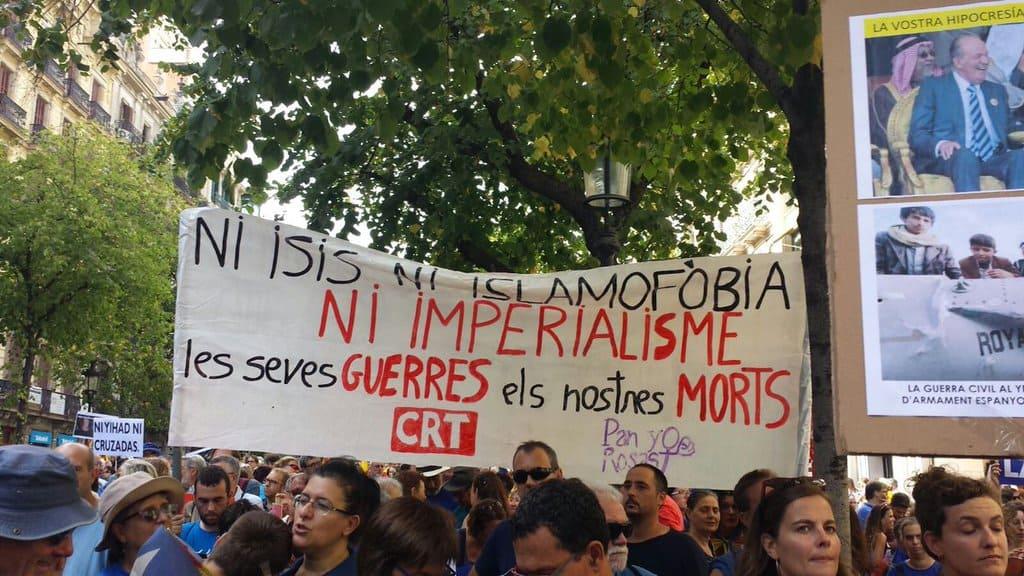 """""""Нито ISIS (един от синонимите на """"Ислямска държава""""–б.р.), нито ислямофобия, нито империализъм. Вашите войни са нашите мъртъвци""""–това пише на този плакат от шествието на 26 август в Барселона. Снимка: Twitter"""