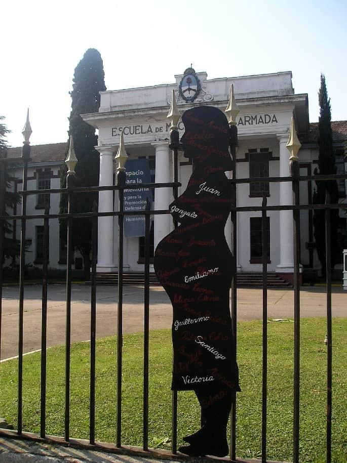 """В Школата за военноморски механици по време на диктатурата е имало таен център за мъчения на """"безследно изчезналите"""". Оттам са били вземани и бебетата, раждани от бременни затворнички. Осиновявали ги палачите на родителите им. Днес сградата е музей в памет на жертвите на диктатурата. Снимка: Уикипедия"""