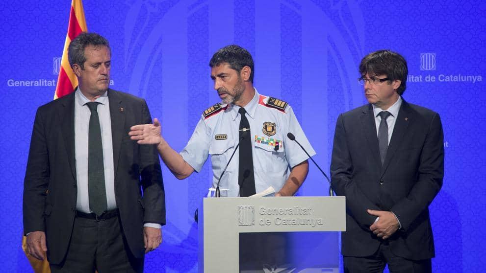 Жозеп Луис Траперо, шеф на каталонската полиция (в средата) по време на брифинг заедно с каталонския премиер Карлес Пучдемон (вдясно) и със съветника по вътрешните работи Жоаким Фолн. Снимка: La Vanguardia