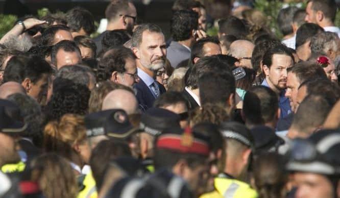 """В центъра на тази снимка е погледналият към камерата крал Фелипе. До него в профил е премиерът Мариано Рахой. в Дясната част на кадъра пак с лице към камерата е лидерът на """"подемос"""" Пабло Иглесиас. Снимка: EFE"""