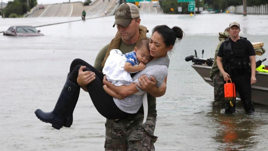 Спасители изнасят пострадали от наводнените райони във и около Хюстън. Снимка: Fox News