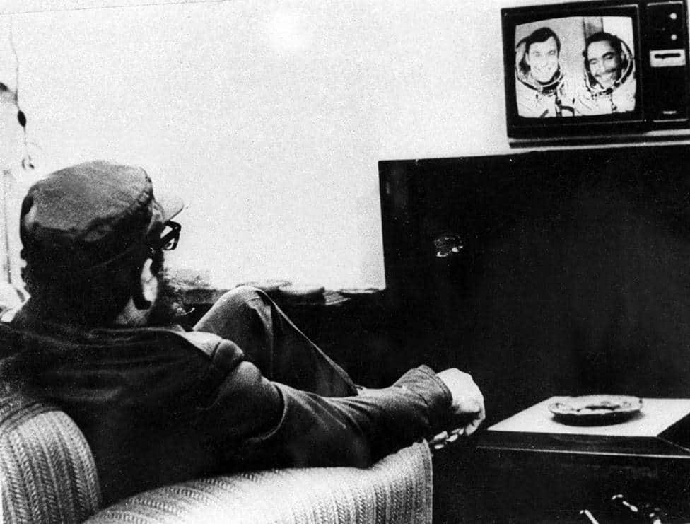 Фидел Кастро гледа по телевизията репортаж за полета на Арналдо Тамайо и Юрий Романенко. Хавана, септември 1980 г. Снимка: Prensa Latina