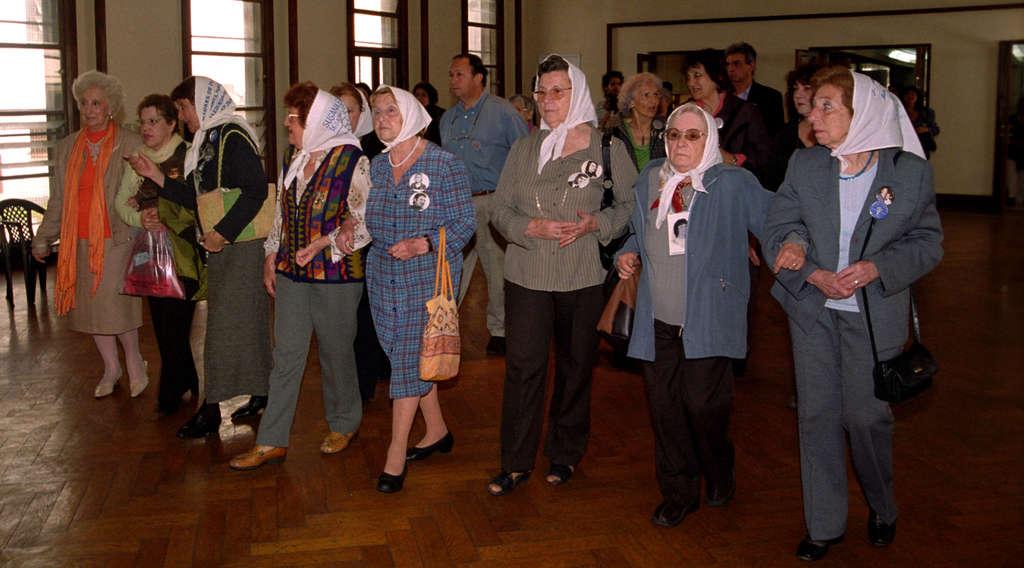 """Движението """"Майки и баби от площад """"Май"""""""" е една от най-авторитетните правозащитни организации в света, чиито активистки и до днес издирват децата на своите """"безследно изчезнали"""" деца, много от които се оказват отгледани и формирани от палачите на родителите си... Снимка: Уикипедия"""