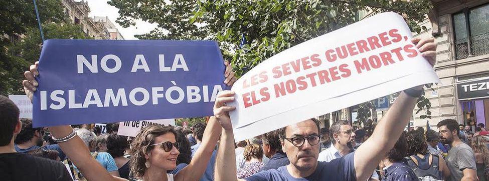 """""""Не на ислямофобията"""" и """"Вашите войни са нашите мъртъвци""""–две от водещите послания на Барселона на 26 август. Снимка: El Diario"""