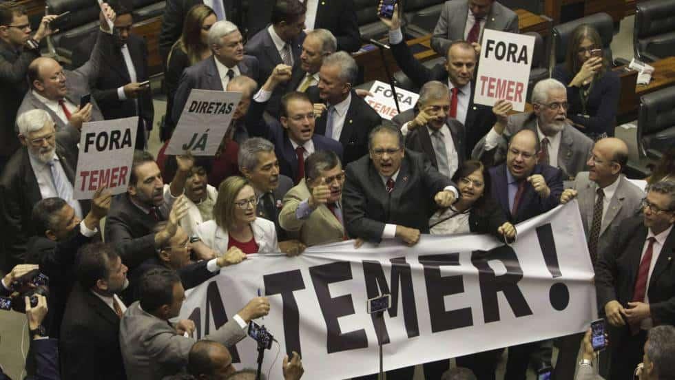 Опозиционни депутати негодуват срещу Мишел Темер в парламентарната зала. Снимка: El Pais