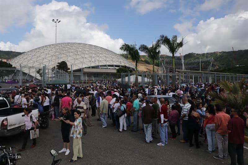 Гласоподаватели чака реда си, за да упражнят своя вот в спортния център Poliedro de Caracas. Снимка: EFE