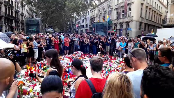 """Болка, но и решимост да противостоят на насилието изразяват всички, дошли на """"Лас Рамблас"""" да почетат жертвите на бруталния терористичен акт. Снимка: Туитър"""