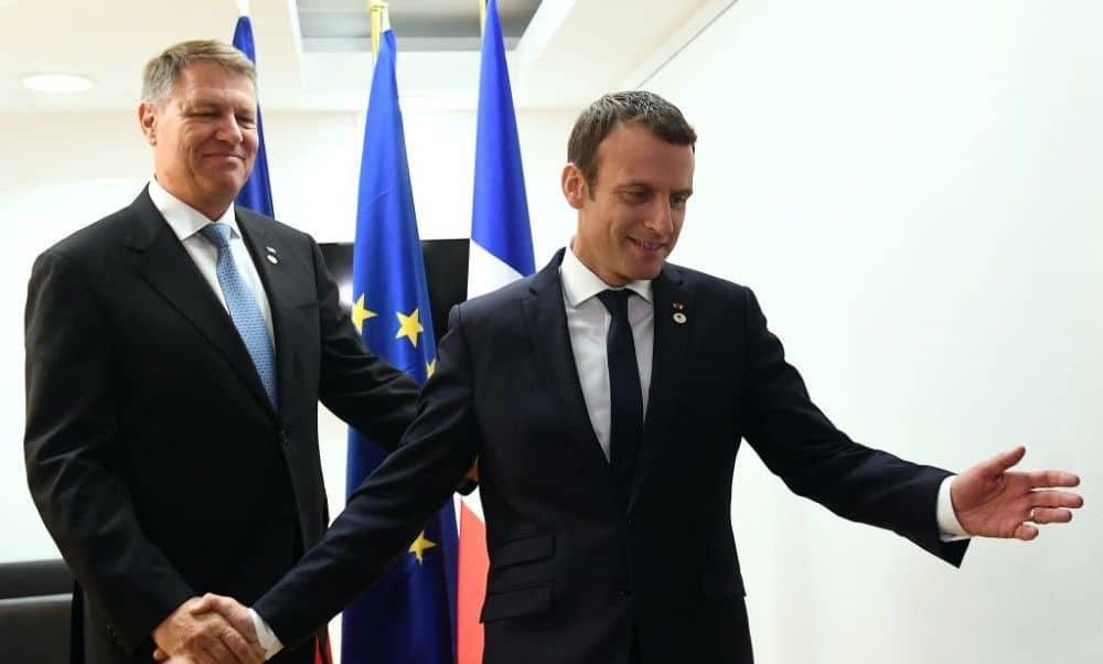 Днес френският президент Еманюел Макрон (вдясно) гостува на румънския си колега Клаус Йоханис. Снимка: stirileprotv
