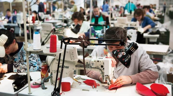 Работа, работа, работа–но без заплащане. това е съдбата на много шивачки днес, не само в Румъния.