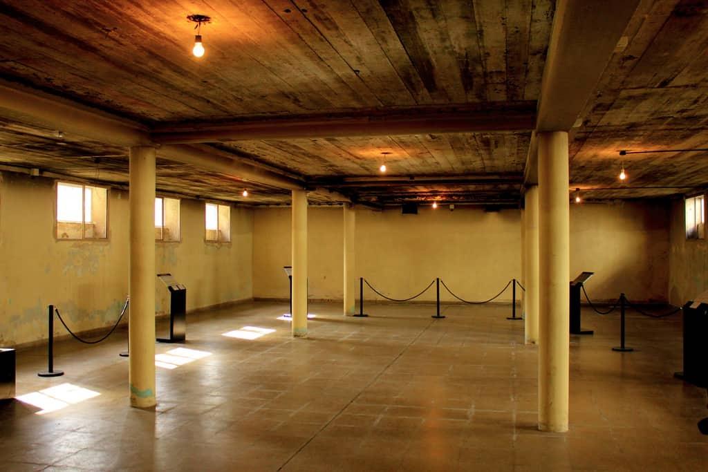 """Така днес изглежда подземието в някогашната Школа за военноморски механици, в което са били изтезавани """"безследно изчезналите"""". Снимка: Уикипедия"""