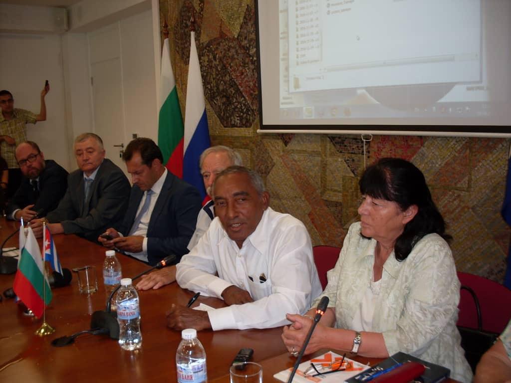 Арналдо Тамайо (в средата) по време на срещата в РКИЦ. СНимка: Къдринка Къдринова