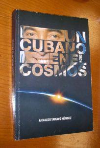 """Книгата на Арналдо Тамайо """"Един кубинец в Космоса"""" е издадена през 2013 г., а сега един неин екземпляр бе подарен от автора и на Асоциацията за приятелство """"България-Куба"""". Снимка: Къдринка Къдринова"""