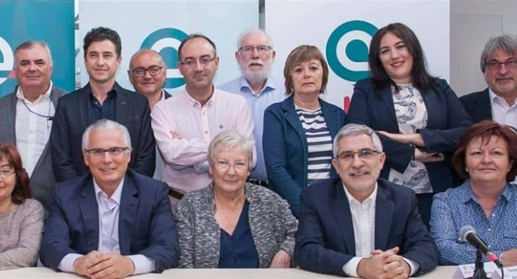 """Част от учредителите на новата испанска лява партия """"Actúa"""" (""""Действай""""). Двамата мъже на преден план са Балтасар Гарсон (вляво) и Гаспар Ямасарес (вдясно), а между тях е известната журналистка Тереса Арангурен. Снимка: El Pais"""
