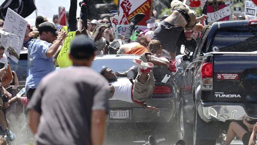Колата на Фийлдс мачка демонстранти срещу расизма. Снимка: El Pais