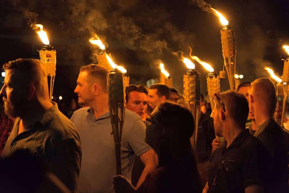 Характерният облик на участниците във факелното шествие в Шарлотсвил не оставя съмнения в убежденията им. Снимка: El Pais
