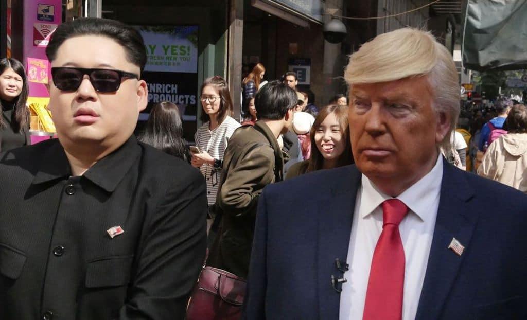 Двойници на Ким Чен Ун и на Доналд Тръмп забавляват хората на улицата в Хонконг. Снимка: hongkongfp