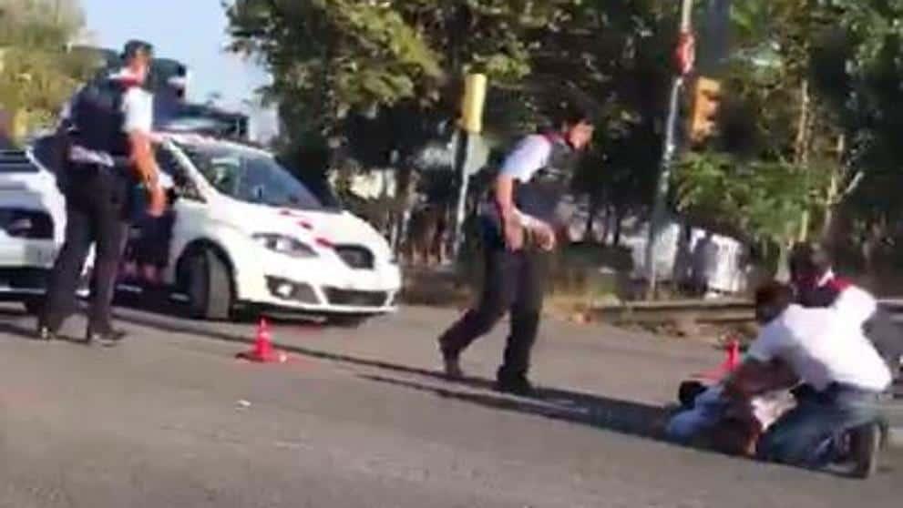 Профучавайки покрай полицейския пропускателен пункт след атентата на 17 август, белият форд блъска и ранява една полицайка. Снимка: La Vanguardia