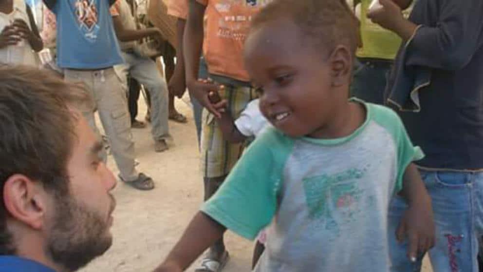 Пау Перес (вляво, в полупрофил) по време на мисията му в Хаити. Снимка: La Vanguardia