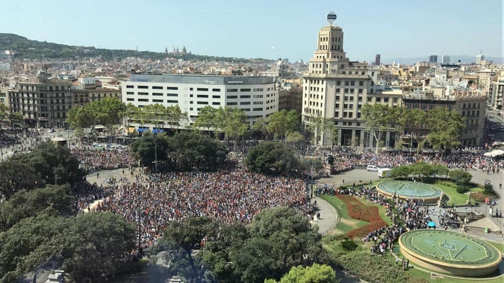 """Многохилядно множество се събра на централния площад """"Каталония"""" в Барселона за възпоменание на загиналите в бруталния вчерашен атентат в града. Снимка: La Vanguardia"""