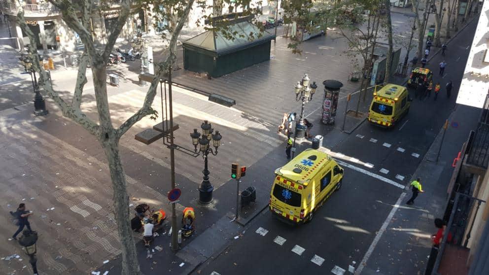 """Част от отцепения район на """"Рамблас"""", вижда се групичка около един от пострадалите. Снимка: La Vanguardia"""