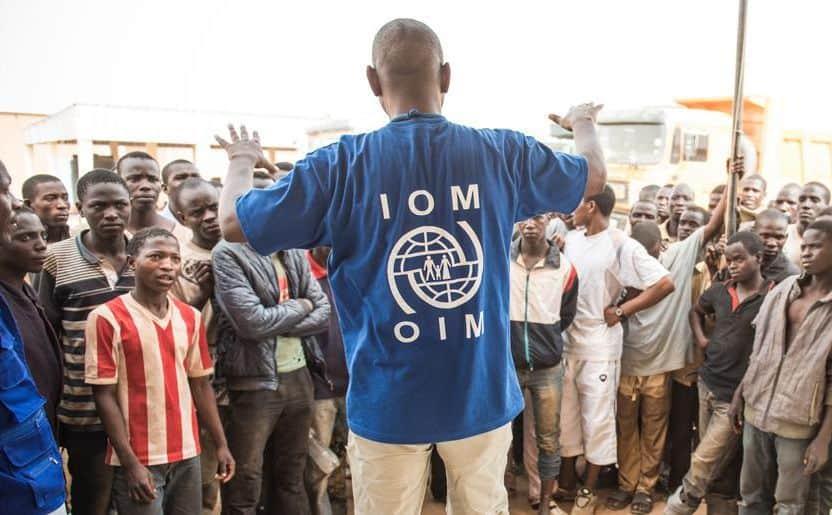 Активист на Международната организация по миграция напътства кандидати за европейски живот в мигрантски център в Агадес, Нигер. Снимка: IOM