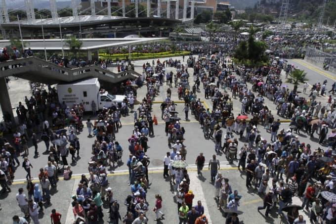 Още един ракурс към опашките от избиратели пред Poliedro de Caracas. Снимка: Resumen Latinoamericano
